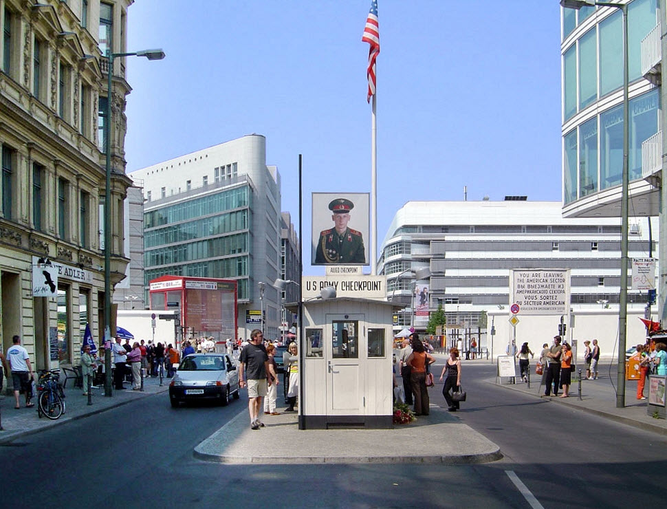 checkpoint charlie visiter berlin. Black Bedroom Furniture Sets. Home Design Ideas